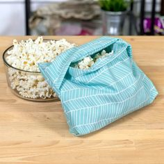 Make your own reusable microwave popcorn bag. It's a great gift for popcorn … Make your own reusable microwave popcorn bag. It's a great gift for popcorn lovers and is a great sustainable alternative. Sewing Hacks, Sewing Tutorials, Tutorial Sewing, Sewing Tips, Popcorn Bags, Popcorn Gift, Microwave Popcorn, Microwave Potato Bag, Diy Sac