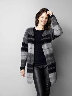 Gratis strikkeopskrift på skøn, stor trøje strikket i tre nuancer af lunt mohairgarn med smalle glimmerstriber ind imellem.
