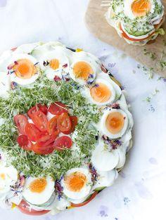 Die kunterbunte Low Carb Salattorte ist schnell gemacht, steckt voller gesunder Zutaten und schmeckt richtig lecker! Optisch ist sie ein echter Hingucker auf dem Partybuffet.