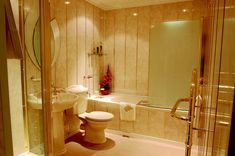 Отделка ванной комнаты ПВХ панелями является самым быстрым, простым и недорогим видом ремонта