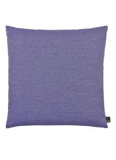 Sierkussen Bright Blue uit de Eclectic-collectie van Hay met een contrasterende achterzijde. Deze limited edition-collectie wordt gekenmerkt door een uitgesproken combinatie van stoffen variërend van velours tot bouclé met gemengde weefmethoden, texturen, structuren en patronen. De kussens uit deze serie zijn afgewerkt met een blinde rits en kunnen hierdoor makkelijk gereinigd worden. Inclusief binnenkussen.