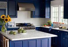 quelle couleur pour une cuisine spohistiquée- mariage de bleu marine et marbre blanc