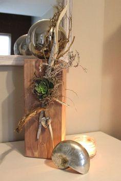 KL32 – Holzsäule für Innen und Aussen! Säule aus neuem Holz, gebeizt und natürlich dekoriert mit einer großen Edelstahlkugel, Herz, Schlüssel und einer künstlichen Sukkulente! Höhe ca 50cm – Preis 64,90€