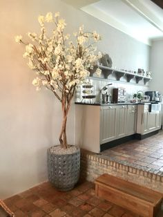 Home Decor Vases, Diy Home Decor, Flower Vases, Flowers, Artificial Tree, Hearth And Home, Blossom Trees, Entryway Tables, House Plans