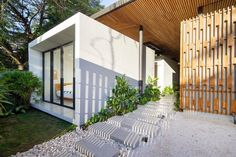 An unenclosed walkway cuts through the home, leading to a pool in the backyard. Communal areas are located on one side of this passage and bedrooms on the other. Tropical Architecture, Amazing Architecture, Costa Rica Pacific Coast, Houses In Costa Rica, Beachfront Property, Steel Columns, House Studio, Modern Tropical, Open Up