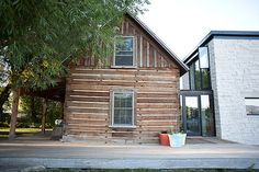 I would have never thought to restore an cabin from the and then build a modern addition on to it (I can hardly look past gross carpet) but Calder and Starr did just that and the results are … Modern Log Cabins, Old Cabins, Cabins In The Woods, Little Cabin, Home Additions, Log Homes, Shed, Cottage, Outdoor Structures