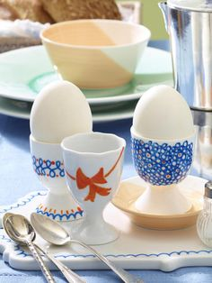 Geschenkidee zu Ostern: selbstbemalte Eierbecher