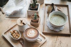 Кофейная культура в России в последние годы развивается с колоссальной скоростью. Вместе с этим растёт и качество напитка: профессиональное оборудование, свежеобжаренный кофе, фермерское молоко и натуральные добавки – всё это делает каждую чашку кофе особенной. А еженедельные капинги (дегустации) во многих кофейнях, лекции и статьи опытных работников индустрии учат грамотно анализировать вкус кофе, чтобы полноценно наслаждаться каждым глотком. При этом в умах многих по-прежнему живы…