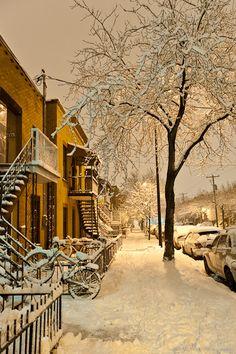 l'hiver à Montréal, habillez-vous chaudement et n'oubliez pas les bottes d'hiver!                                                                                                                                                                                 Plus