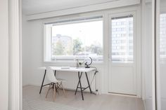 Kaunis valkoinen koti Turussa. Inarian liukuovikaapisto keittiön yläkaappina. #valkoinen #keittiö #liukuovet #keittiökaapit White Industrial, Industrial Style, Koti, Windows, Desktop, Ramen, Window