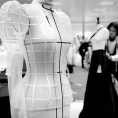 From @ralphandrusso Tag your friends and follow us for more... With impressive technical expertise and impeccable craftsmanship our petite-mains are shaping the #RRSS17 collection - to be unveiled in Paris on Monday 23rd. #ralphandrusso #SS17 #couture Fashion Art, Fashion Beauty, Fashion Design, Balenciaga, Couture Sewing, Dior Couture, Ralph And Russo, Couture Details, Photo Instagram