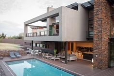 House Duk in Johannesburg, South Africa. This is another stunning architecture project by Nico van der Meulen Architects. House Duk is a spacious home Big Modern Houses, Modern House Plans, Modern Home Interior Design, Modern House Design, Living Pool, Outdoor Living, Style At Home, Home Design Plans, Modern Exterior