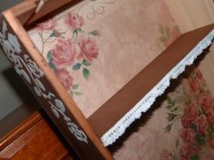 Caja de Vino Reciclada como mueble auxiliar de jardinería, decorada con papel de arroz. Detalle de estarcido en relieve lateral y estante con volante de puntilla