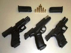 Balconista é flagrada com três pistolas na cinta para gestante