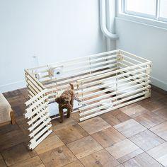 Cacco-Eはわんちゃん用のお洒落な木製サークルです。シンプルなのでインテリアに馴染みやすくウッド素材でやわらかな雰囲気を演出してくれます。都市型の空間デザインをサークルに取りいれているので、わんちゃんを閉じ込めるのではなく、いつでも落ち着いた空間を創りだしてくれます。