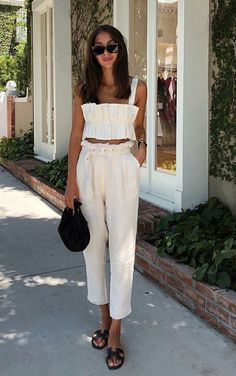 Being invited out for a couple or with a group of friends for dinner in a good restaurant is always a pleasant surprise, right? We are excited, lookin. Casual Chic Outfits, Fresh Outfits, White Outfits, Fashion Outfits, Cool Summer Outfits, Spring Outfits, Short Noir, Vestidos Sexy, Quoi Porter