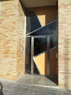 2006 Puerta N en Gran Vía, 19 de Cehegín. Diseñada por Ernesto Oñate. Combinación de materiales: acero, cristal y tablero fenólico con chapa de madera natural. Ernesto también se hizo cargo de la decoración del zaguán y de la distribución de las tres viviendas del edificio.