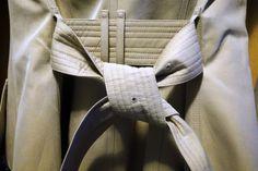 How-To-Tie-a-Burberry-Belt-Knot-11-600x399.jpg