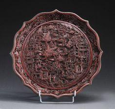 Plat floriforme en cinabre. Qianlong (1735-1796). Chine, XVIIIe siècle.Plat floriforme en cinabre. Qianlong (1735-1796). Chine,