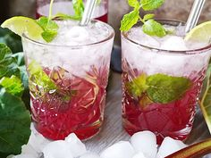 Rabarbermojito | Recept från Köket.se Prosecco Cocktails, Cocktail Drinks, Cocktail Recipes, Wine Recipes, Mojito, Mango Margarita, Refreshing Drinks, Yummy Drinks, Dinner With Friends