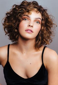 Those days when all the coolest styles were only for straight hair are over. Here are some fun and trendy ideas and inspiration for curly hair.just don't cut it yourself gurl. ✨ hair styles Simple And Trendy Haircuts Great For Curly Hair 💇🏼‍♀️ Haircuts For Curly Hair, Trendy Haircuts, Curly Hair Cuts, 4c Hair, Wavy Hair, Straight Hairstyles, Short Bob Curly Hair, Cute Short Curly Hairstyles, Layered Curly Hair