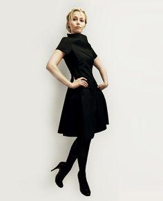 Elegantes Kleid in schmeichelnder X-Linie.  Highlight: Der weite, hohe Kragen erinnert an die 60er Jahre.  Das Material hat einen leichten Stand.   *DETAILS:*  • tailliert und knieumspielend • sehr...