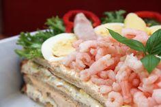 Smörgåstårta med skinka och bacon - http://www.mytaste.se/r/sm%C3%B6rg%C3%A5st%C3%A5rta-med-skinka-och-bacon-9067310.html