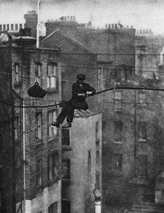Les vieux métiers  Un ingénieur en téléphonie relie un fil de téléphone à un câble de support à Londres, 1925.