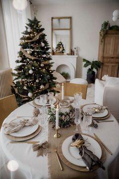 Harry Potter Christmas Decorations, Christmas Table Decorations, Holiday Decor, Decoration Table, Christmas Dining Table, Christmas Table Settings, Ideas Decoracion Navidad, Deco Table Noel, Christmas Interiors