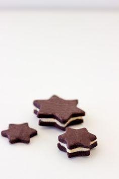 Schokoladen-Sterne mit Vanille-Buttercrème – weihnachtliche Interpretation eines Keks-Klassikers Christmas Eve, Xmas, Cookie Time, Brownie Cookies, Bakery, Muffin, Food And Drink, Sweets, Desserts