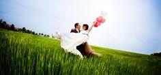 Heute möchten wir Euch ein wundervolles Gedicht ans Herz legen, das ideal in den Rahmen einer Hochzeit passt. Man könnte es sehr gut in die Trauzeremonie einbinden, indem es zum Beispiel von den Trauzeugen vorgelesen wird. Wo du geliebt wirst… Wo du geliebt wirst, kannst du getrost alle Masken ablegen, darfst du dich frei und...  MEHR