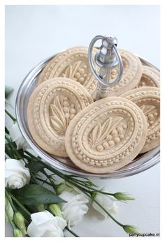 Oval sugar cookies made with a lily of the valley springerle mould. For more examples and the moulds go to www.partycupcake.nl