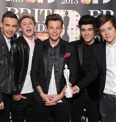 The guys at the Brit Awards 2013. They are very cute and very well dressed. This is her second Brit. They look very sexy with costumes. I am very proud of them!