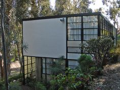 A couple months ago I was fortunate enough to go on a private tour of the Eames House in the Pacific Palisades area of Los Angeles. Eero Saarinen, Charles Eames, Residential Architecture, Architecture Design, Art Postal, Walter Gropius, Famous Architects, House Inside, Modern Landscaping