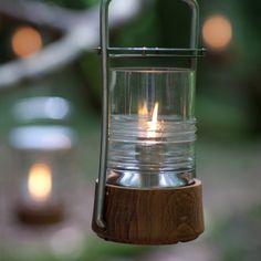 Skagerakin Bollard-öljylampussa on kaunis lasikupu, joka mukailee majakoiden Fresnel-linssien kuviointia. Jalustaa ympäröivä tiikkikehä ja ruostumattomasta teräksestä valmistettu kansi kahvoineen tekevät lyhdystä sopivan ulkokäyttöön.