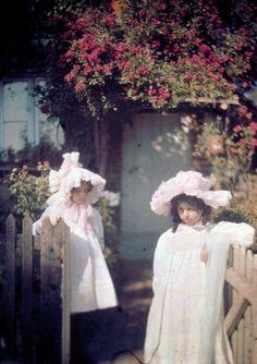 Early color photos look like literal dreams - Two Girls at the Gate, 1915 - John Cimon Warburg Art Nouveau, Belle Epoque, Vintage Photographs, Vintage Images, Color Photography, White Photography, Albert Kahn, Subtractive Color, Colorized Photos