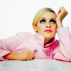 Twiggy, the 'Face of remains a fashion icon today. Here is our selection of some iconic and some hard to find Twiggy images. Mod Fashion, 1960s Fashion, Pink Fashion, Fashion Models, Vintage Fashion, Quirky Fashion, Fashion Face, London Fashion, Charlotte Rampling