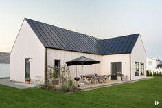intressantahus-astrid-01 Danish House, Swedish House, Weekend House, Modern Farmhouse Exterior, Villa, Modern Barn, House Goals, Exterior Design, Future House