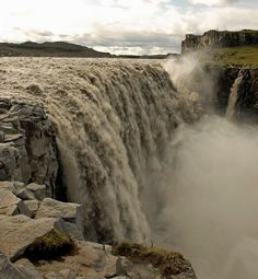 Dettifoss şelalesi ;  Kuzeydoğu İzlanda'da bulunan şelale, Avrupa'nın en büyük ve en güçlü şelalesi olarak bilinir. Vatnajökull Milli Parkı içinde koruma altında olan şelale, büyük bir enerji kaynağı olduğundan hidroelektrik santral yapmak için çalışmalar yapılsa da çok büyük risk taşıdığından vazgeçilmiştir.
