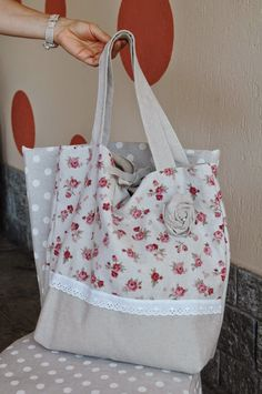 BORSA DAL SAPORE SHABBY Diy Bags Patterns, Linen Bag, Patchwork Bags, Fabric Bags, Cute Bags, Handmade Bags, Bag Making, Canvas Tote Bags, Fashion Bags