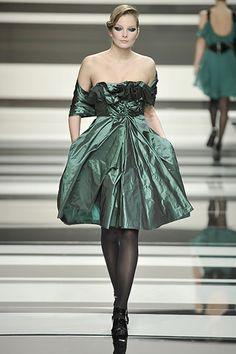 Guarda la sfilata di moda Elie Saab a Parigi e scopri la collezione di abiti e accessori per la stagione Collezioni Autunno Inverno 2008/2009. (=)