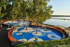 POLONIA. Un espacio lúdico urbano diseñado por el estudio polaco RS+ y situado en la rivera del río Gostynia, en la ciudad de Tychy. Un parque acuático para niños durante el día y una fuente iluminada por la noche: así es Water Playground.