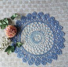 * *Doily~①* * *  涼やかな色合いで仕上がりました🌺 *  中央に小さなお花のデザインが可愛くてお気に入りです💗 *  最後10段目11段目が結っても結っても終わらなくて💦💦 * * #タティングレース#タティング#ハンドメイド#レースワーク#tatting#tattinglace#handmade #lacework#DMC80番 #ブルー#青#blue#花#flower#Jan