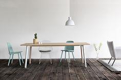 Maatwerk tafel type Fold; massief houten blad en poten van staal met eiken inleg. Stoer en verfijnd tegelijk.  www.houtmerk.nl/Maatwerk-tafel-type-Fold-houten-blad-stalen-frame