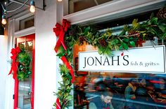 Jonah's customers gladly line up for their turn to sit and dine upon the renowned restaurant's seafood (photo by Mike Walker)