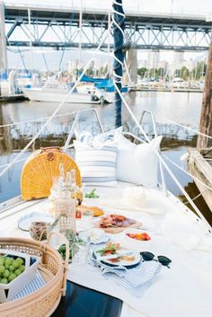 Summer picnic on a sailboat How To Make The Perfect Picnic Summer Picnic, Summer Fun, Beach Picnic, Summer Vibes, 40th Birthday Trip Ideas, 23 Birthday, Boat Fashion, Preppy Fashion, Yacht Week