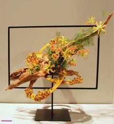 corrugated cardboard in floral designs Contemporary Flower Arrangements, Creative Flower Arrangements, Flower Centerpieces, Floral Arrangements, Art Floral, Floral Design, Flower Frame, Flower Art, Fleur Design