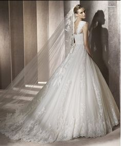 I'm not one to look at wedding dresses but this is amazing!!! Ballgown style wedding dress. Beautiful!!