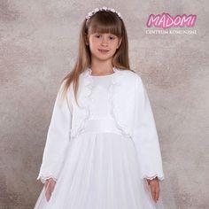Proste i eleganckie #bolerko #komunijne. Uszyte z białego #polaru, zdobione koronkową taśmą. Bolerko nie posiada zapięcia. Idealne do sukienek w których jest motyw z koronki i do całkiem prostych. PRODUKT POLSKI. #bolerkokomunijne #bolerkakomunijne #komunia #komuniaswieta