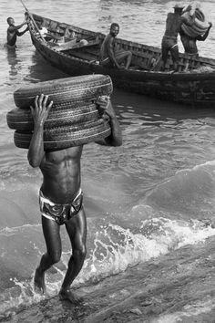 Dockers at the Port of Accra, Ghana Photograph: Marc Riboud. Marc Riboud, Robert Frank, Amazing Photography, Street Photography, Photography 101, Ville France, Accra, French Photographers, Photo B